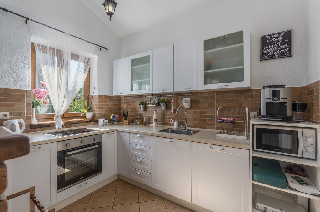 Stone House in Istria Location: Vodnjan Inside space:142m2 Plot size:660m2 Bedrooms:4 Bathrooms:2 Pool Parking Terrace Garden Parking Air-condition